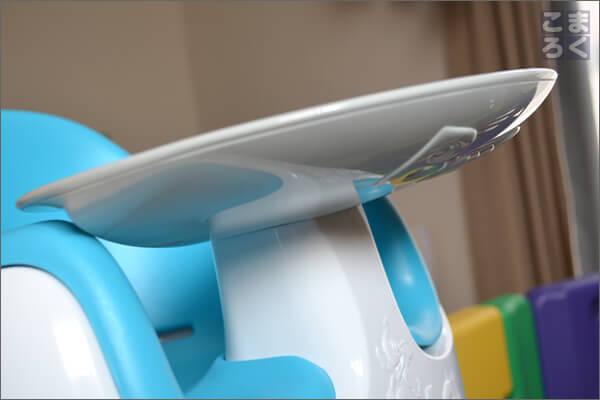 バンボマルチシートのテーブルははめ込み式でがっちり固定できる