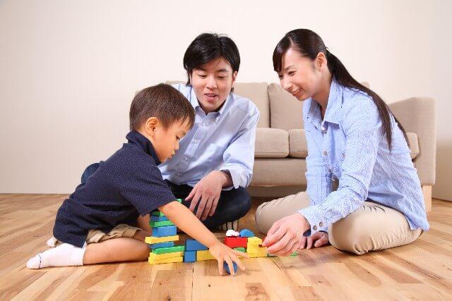 家族で遊ぶ様子