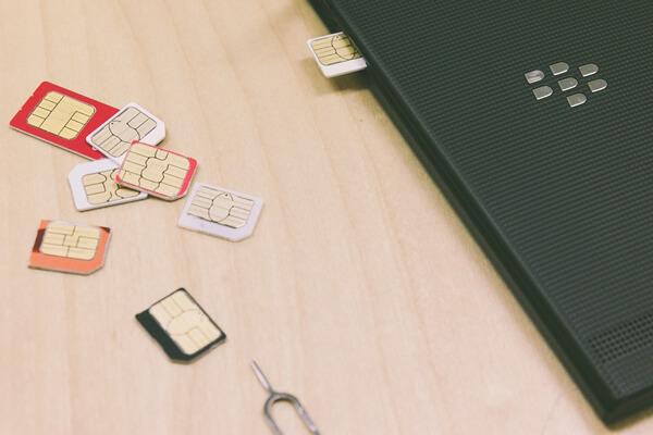 いろいろなSIMカードが写っている写真